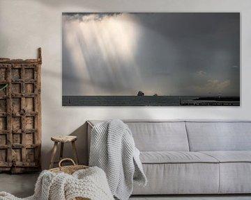 Duistere wolken boven schepen in de verte van Percy's fotografie