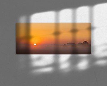 Panoramafoto opkomende zon op een mistige ochtend van Percy's fotografie