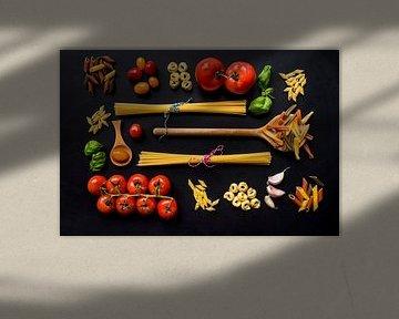 Pasta, pollepels, basilicum, wooden spoon. van Corrine Ponsen