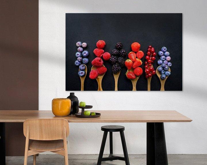 Sfeerimpressie: Vers fruit op houten pollepels, fresh fruit on wooden spoons. van Corrine Ponsen