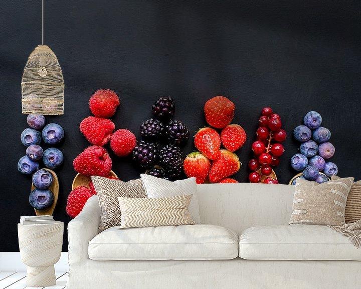 Sfeerimpressie behang: Vers fruit op houten pollepels, fresh fruit on wooden spoons. van Corrine Ponsen