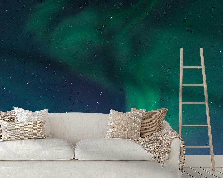 Sfeerimpressie behang: Noorderlicht of Aurora Borealis over de besneeuwde bergen in de winter van Sjoerd van der Wal