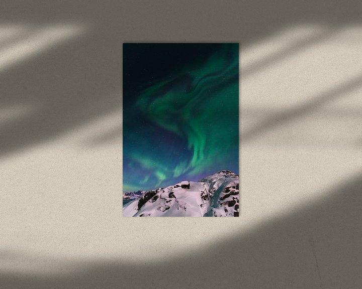 Sfeerimpressie: Noorderlicht of Aurora Borealis over de besneeuwde bergen in de winter van Sjoerd van der Wal