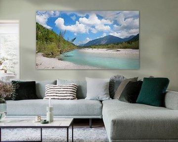 Wilde ongerepte rivierlandschap Obere Isar, schilderachtig landschap met prachtige bewolkte lucht, B van Susanne Bauernfeind
