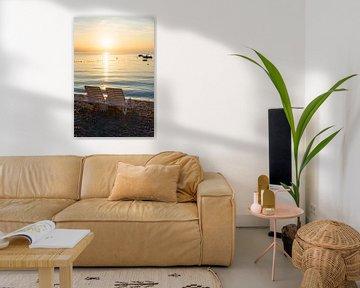 Twee zonnestoelen op het strand, bij zonsopgang van Susanne Bauernfeind