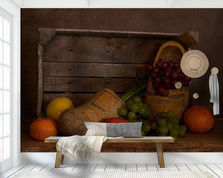 Impression: Nature morte d'une boîte en bois avec des sabots et des fruits sur ChrisWillemsen