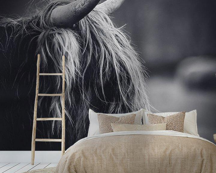 Sfeerimpressie behang: Schotse hooglander close-up zwart wit in de Nederlandse natuur van Maarten Oerlemans
