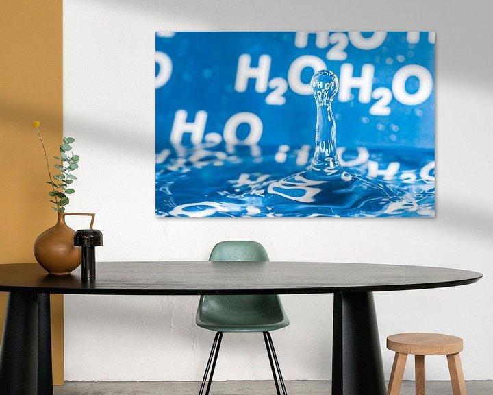 Sfeerimpressie: Waterdruppel met blauwe achtergrond met H2O erop van Wijnand Loven