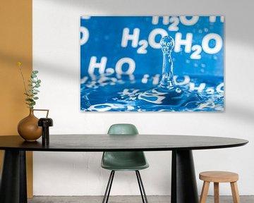 Waterdruppel met blauwe achtergrond met H2O erop