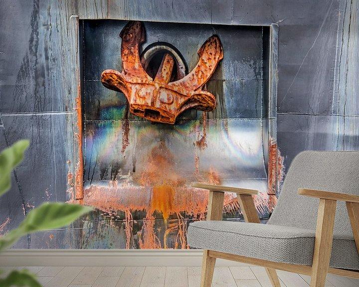 Sfeerimpressie behang: Zwarte scheepsromp met anker, roest en olievlekken van Frans Blok