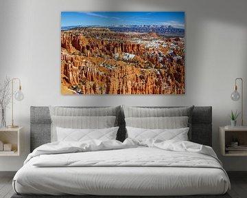 Bryce Canyon, uitzicht met de rode rotsen in de sneeuw (Utah) van Eva Rusman