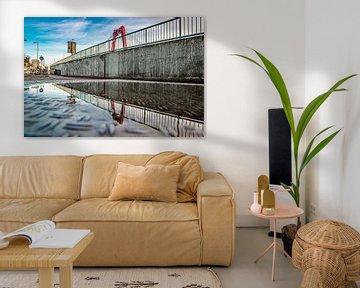 Spiegelung der Willemsbrücke in einer Pfütze. von PicArt010