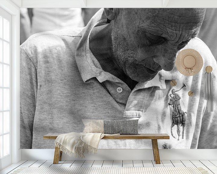 Sfeerimpressie behang: Man op de markt van Merel Taalman