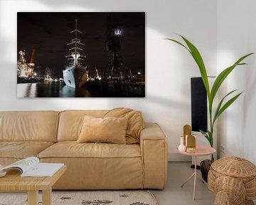 Frontansicht eines großen Segelkreuzfahrtschiffs, das nachts im Hafen liegt. von N. Rotteveel