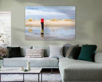 Strandpaal op het strand van Hoorn (Terschelling) met een meetpaal op de achtergrond van Alex Hamstra