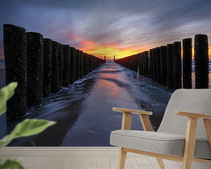 Sfeerimpressie behang: Golbreker bij zonsondergang Zeeland van Thom Brouwer