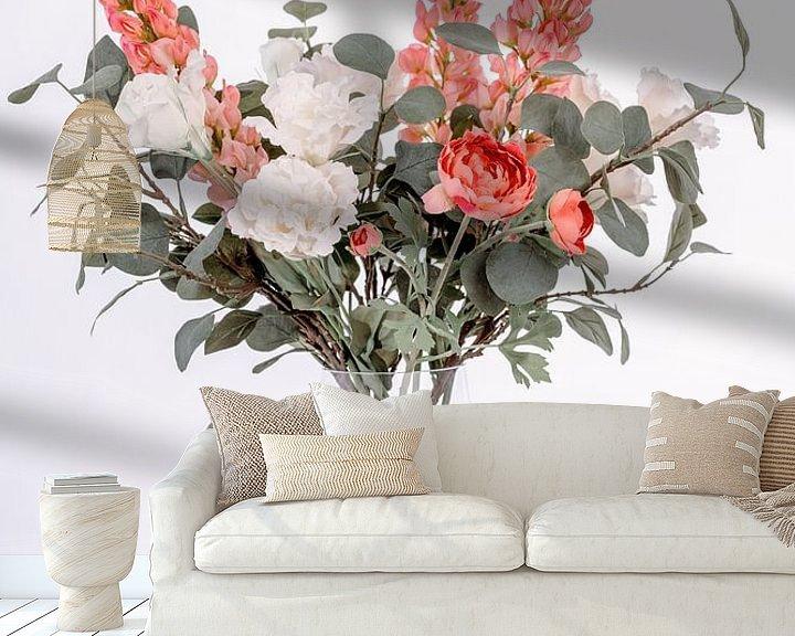 Impression: Vase avec de belles fleurs sur un escalier en bois sur Miranda van Hulst