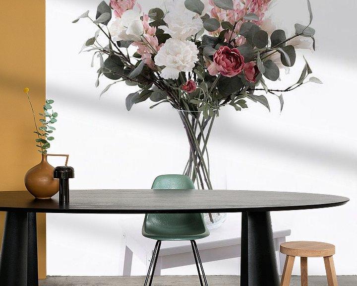 Impression: Vase avec de belles fleurs blanches et roses sur un escalier blanc sur Miranda van Hulst