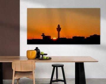 Zonsondergang op Amsterdam Schiphol Airport (AMS) van Marcel van den Bos