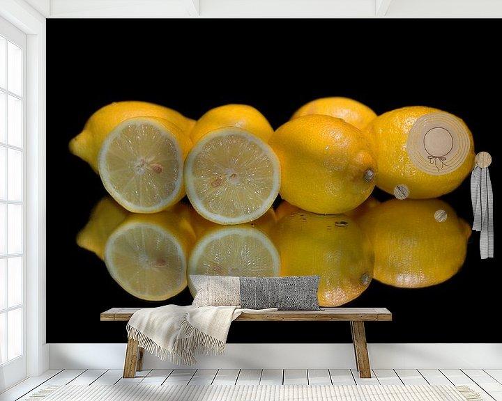 Sfeerimpressie behang: Citroenen gespiegeld. van Brian Morgan