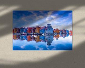 Reitdiephaven in Groningen met kleurijke woonhuizen van Marcel van den Bos