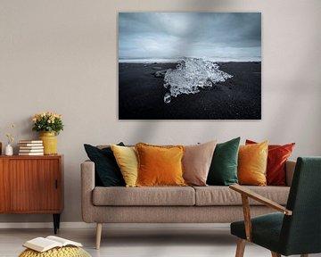 IJsberg op het donkere zandstrand van Diamond Beach, IJsland van Teun Janssen