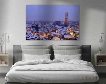 De besneeuwde binnenstad van Utrecht met Domtoren en Domkerk (2)