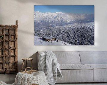 Blick auf eine Skipiste, Hütte, verschneite Bäume, die Stadt Innsbruck und die Nordkette vom Skigebi von Kelly Alblas