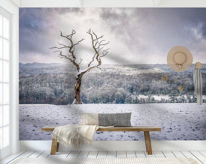 Sfeerimpressie behang: Eenzaam boompje in een dramatisch landschap van Jim De Sitter