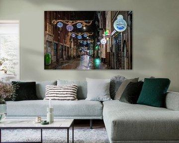 Avondklok in Amsterdam - Warmoesstraat van Renzo Gerritsen