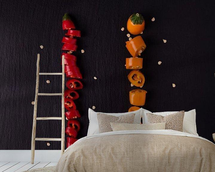 Sfeerimpressie behang: twee gekleurde pepers 3 van 3 van Anita Visschers