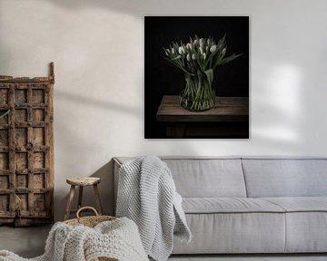 Stillleben weiße Tulpen in einer Vase von Marjolein van Middelkoop