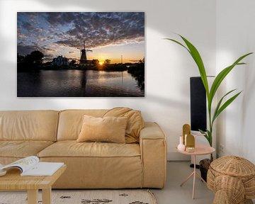 Sonnenuntergang mit holländischer Windmühle in den Gewässern von Kralingse Plas, Rotterdam, Niederla von Tjeerd Kruse