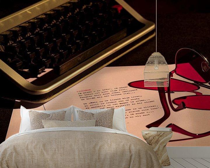 Sfeerimpressie behang: Typemachine met roze bril van Rudy Rosman