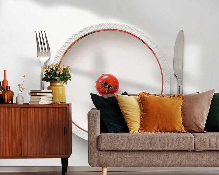 Impression: Tomate fraîche dans une assiette avec un bord doré et des couverts sur fond blanc, régime avec des l sur Maren Winter