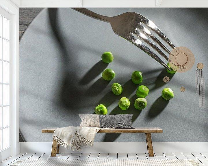 Impression: Quelques pois verts et une fourchette avec des ombres sur une assiette grise, un maigre repas de rég sur Maren Winter