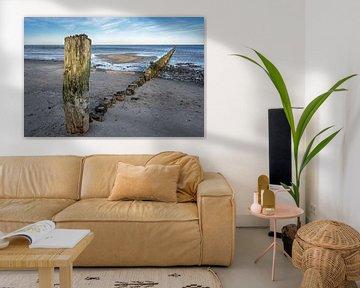Verwitterte Holzbuhnen am Strand der Ostsee in Norddeutschland, touristische Erholungslandschaft, Ko von Maren Winter