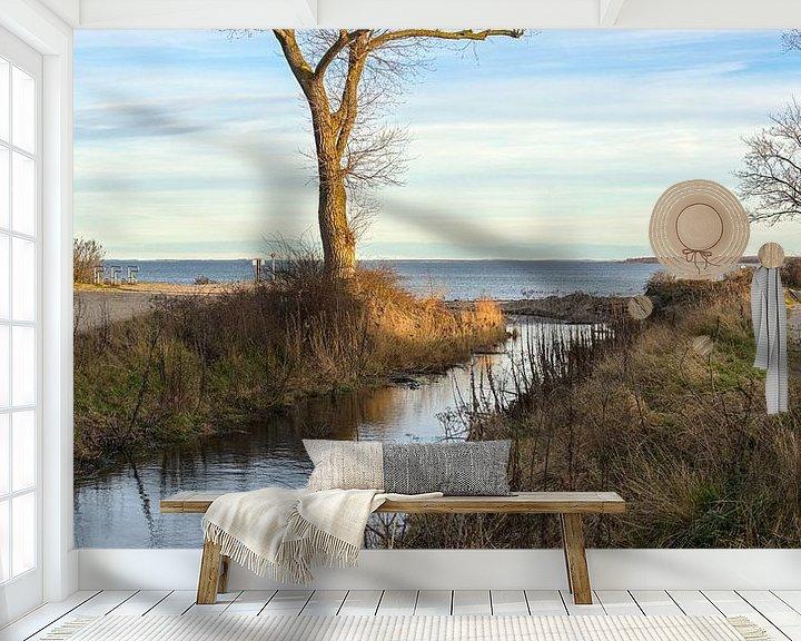 Sfeerimpressie behang: Estuarium van een zoetwaterstroom die uitmondt in de Oostzee, landschap met water, kale boom en blau van Maren Winter