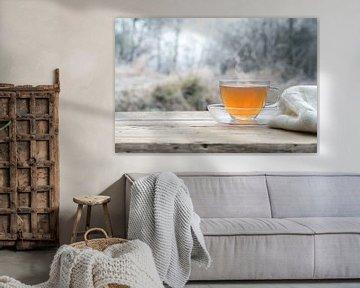 Hete thee op een rustieke houten tafel buiten op een koude winterochtend, kopieruimte, geselecteerde van Maren Winter