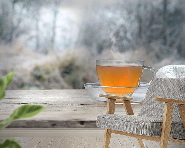 Impression: Thé chaud sur une table en bois rustique à l'extérieur par un froid matin d'hiver, espace de copie,  sur Maren Winter
