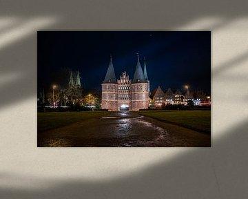 Holsten Poort in Lübeck bij nacht van Animaflora PicsStock