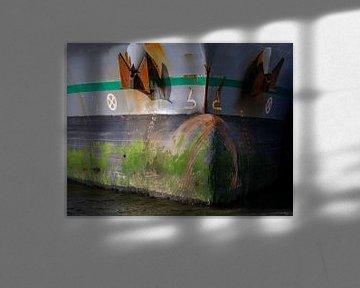 Sporen op de boeg van een vrachtschip in de haven. van scheepskijkerhavenfotografie