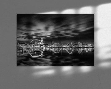 Stadsfront Kampen met Bruine Vloot in zwart wit