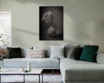 Modernes Stillleben Schleierkraut in einer Vase von Marjolein van Middelkoop