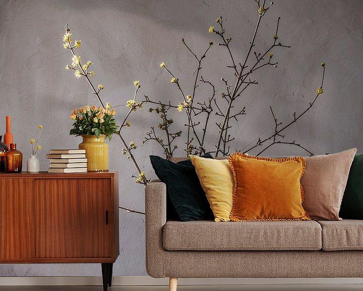 Sfeerimpressie behang: Stilleven met voorjaarsbloesem en tinnen bierpullen op hout van Affect Fotografie