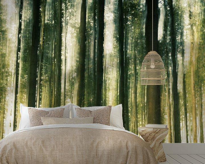 Sfeerimpressie behang: Bewegende boomstammen in het bos van Fotografiecor .nl