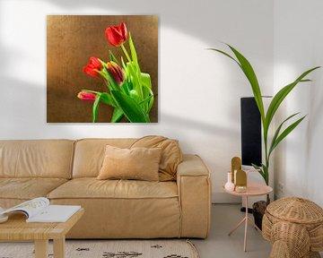rode tulpen en goudkleurige achtergrond