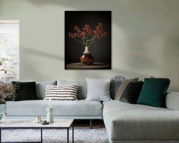 Braune Vase mit roten Beeren von Paul Kaandorp