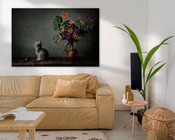 Stillleben eines kleinen Kätzchens / Katze und eine Maus mit orange lila Blumen. von Cindy Dominika