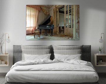 Flügel in einer verlassenen Villa von Tim Vlielander